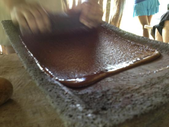 Santa Elena, Belice: roasted beans ground into chocolate