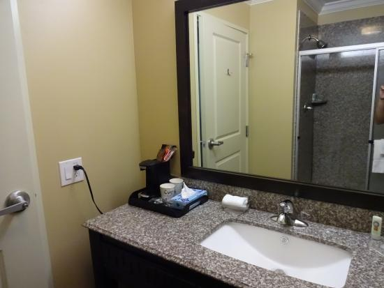 Quality Inn: sink and coffee maker