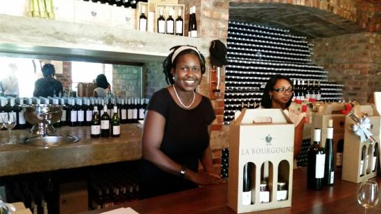 Franschhoek, Sudáfrica: Issi helping us select our favorites
