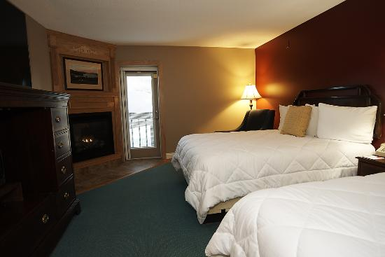 Fireside Inn & Suites at Lake Winnipesaukee: 2-Queen Balcony Fireplace