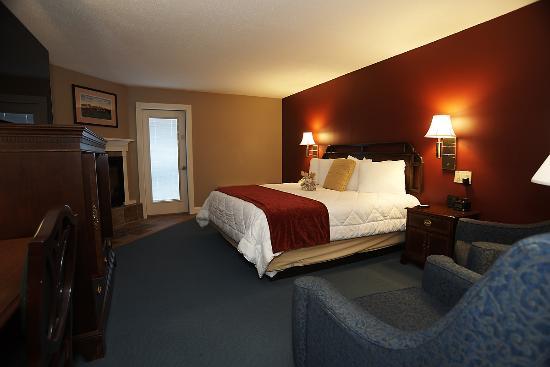 Fireside Inn & Suites at Lake Winnipesaukee: King Deluxe Fireplace 2-Floor