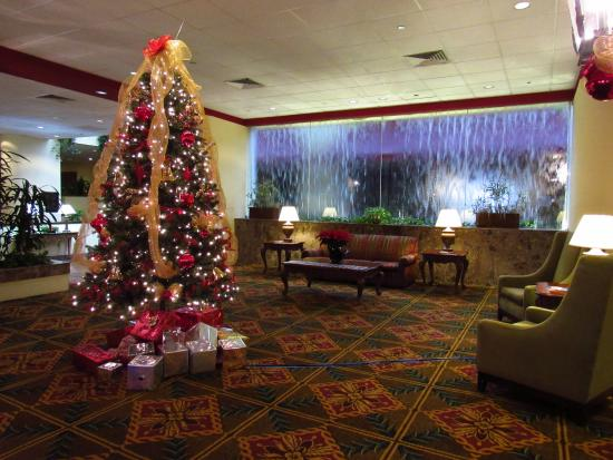 Capital Plaza Hotel: Waterfall and Christmas decorations in the lobby.