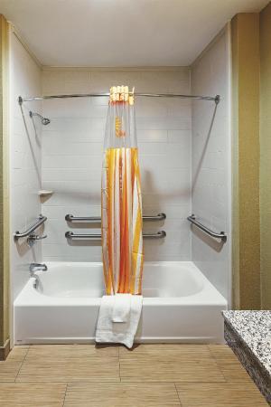La Quinta Inn & Suites Muskogee : Guest room