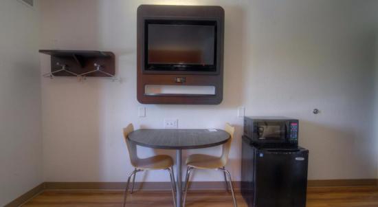 Motel 6 Orlando International Drive: Frigobar con mico y LCD con cable