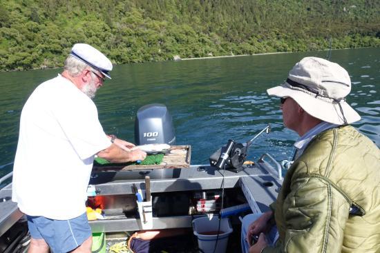 Turangi, Yeni Zelanda: Cleaning the fish to take home