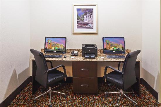 La Quinta Inn & Suites Pearsall: Business center