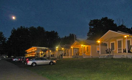 Weirs Beach, NH: Cottages At Night