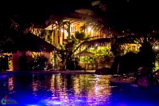 DoceLunas Hotel, Restaurant & Spa: View of the rooms from the pool by night