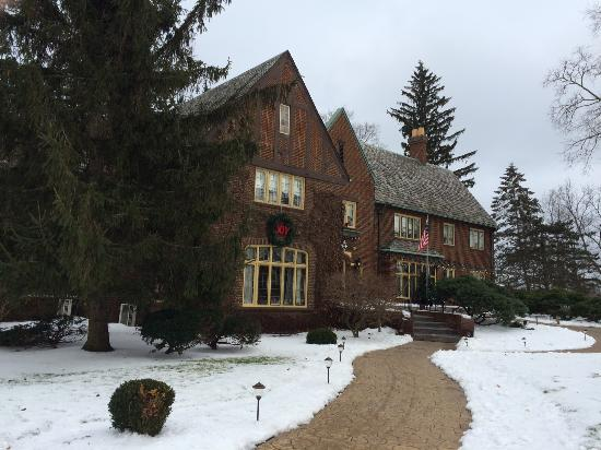 Eaton Rapids, MI: English Inn at Christmas