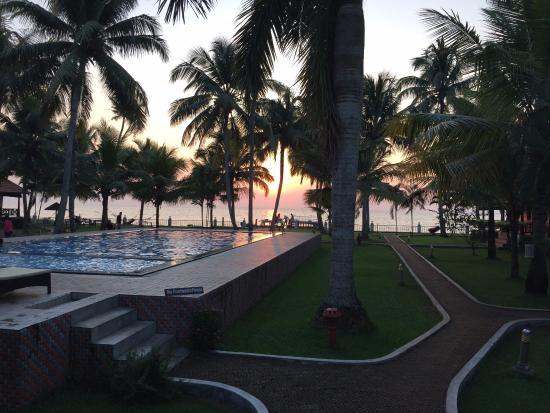 Cocobay Resort: Lake view and swimming pool