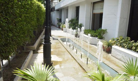 Aveda Kamal Palace: pool parking views