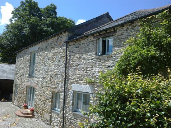 Fenteroon Farm Holiday Cottages Threshing Barnleft Swallowsright