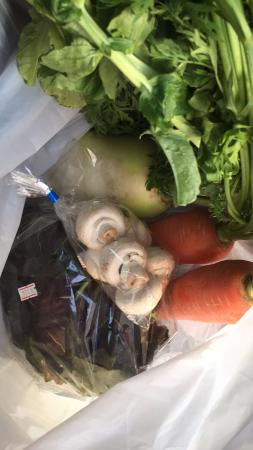 Zushi Beach Road Oasis: 購入した野菜(これだけで駐車場が無料になります)