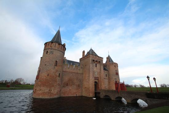 Muiden, Hollanda: Brief clear sky for a nice pic of the stunning castle