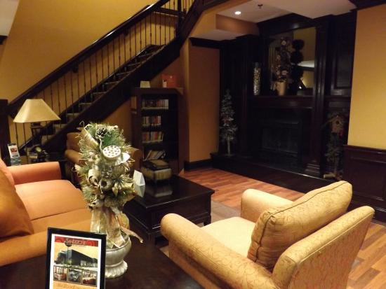 Country Inn & Suites By Carlson, Niagara Falls, ON: Foyer decorated for Christmas