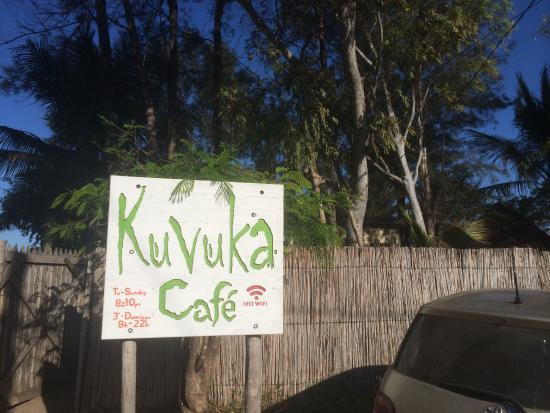 Kuvuka Cafe: das Hinweisschild an der Straße