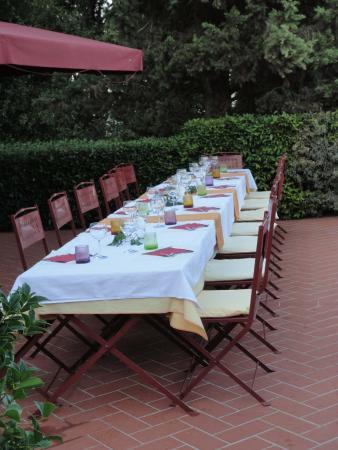 Montespertoli, Italia: Abendessen auf derTerrasse