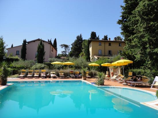 Монтеспертоли, Италия: Pool mit Hotel