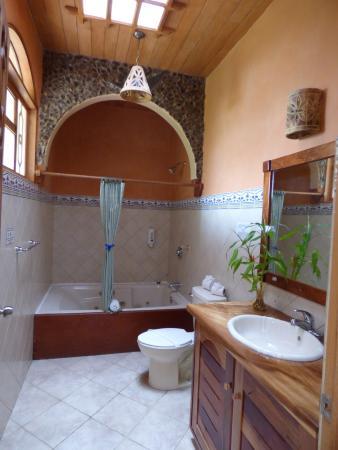 Hotel Claro de Luna: Salle de bains avec jacuzzi