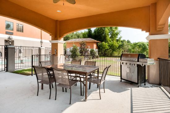 Comfort Suites: Outdoor Dining