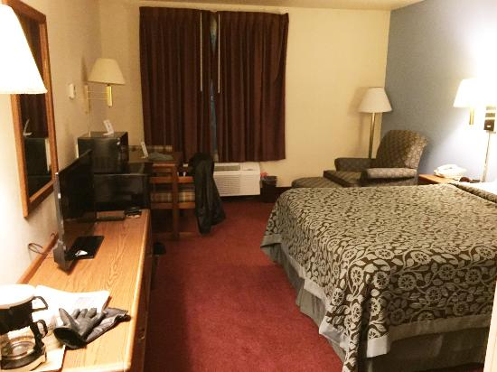 Days Inn Madison Northeast: the room - average but OK