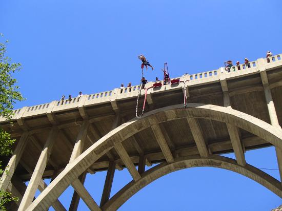 Azusa, Californien: Bungee jumper at the BTN