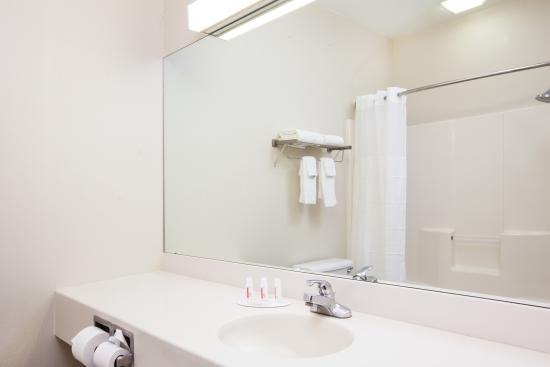 Days Inn Brewerton/ Syracuse Near Oneida Lake: Standard Guest Bathroom