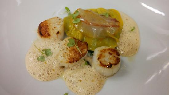 Restaurant L'instant : St jacques snakées, raviole de foie gras et pancetta Bellota
