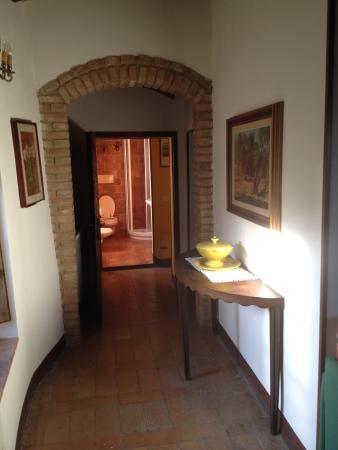 Fattoria San Donato: Corridoio dell'appartamento: si noti la scarsa pulizia