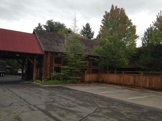 The Lodge at Riverside: Front Desk and Parking Lot