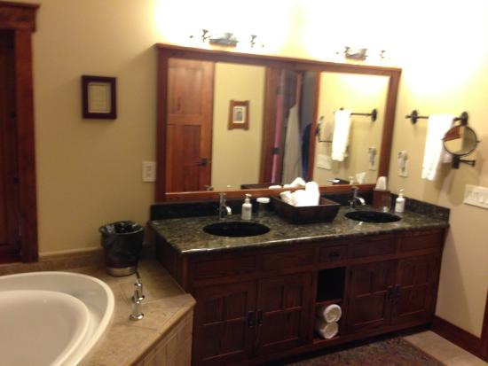 Five Pine Lodge & Spa: Large bathrooms