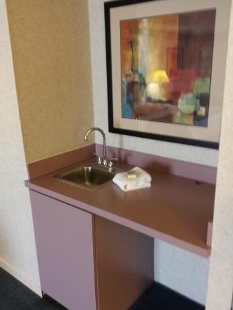 Glen Mills, Pensilvanya: suite faucet near bedroom( very low water pressure