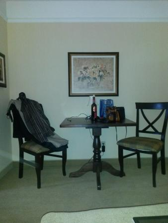 Le St Martin Bromont: little table between entrance and bedroom