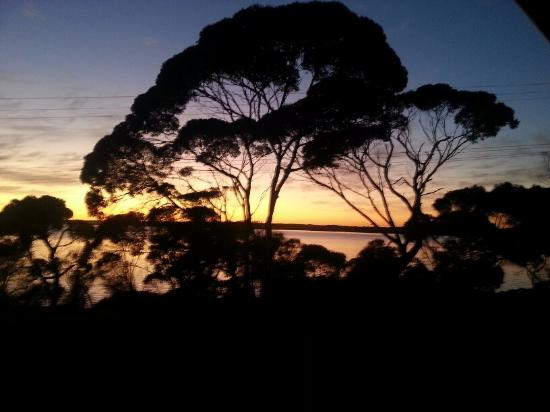 American River, ออสเตรเลีย: Evening view from Bayview Room at Mercure KI Lodge