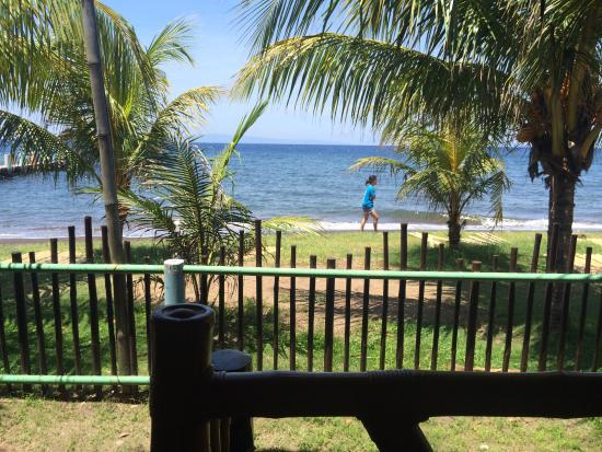Bacong, الفلبين: view to the beach from the door of the room
