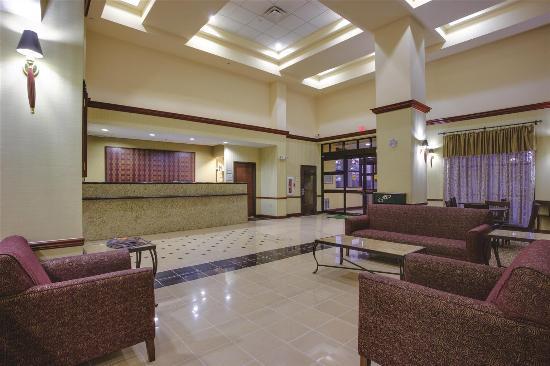 La Quinta Inn & Suites Newark - Elkton: Lobby view