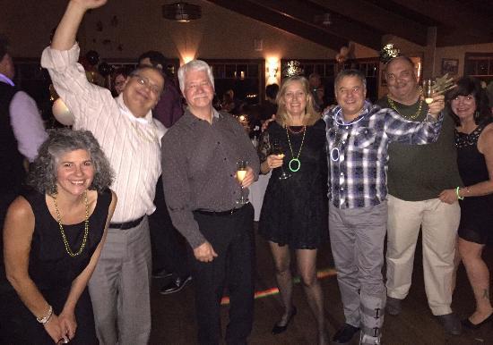 pessoas a noite comemorando o ano novo no restaurante