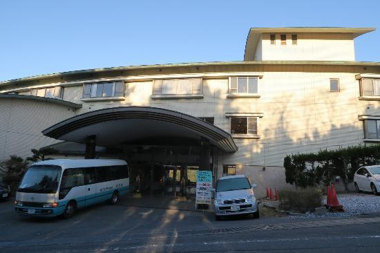 Shuhokan: 建物の正面と送迎バス