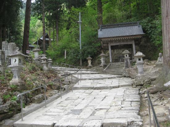 Takahata-machi, Japan: There is a rock walkway and stairs to the shrine.