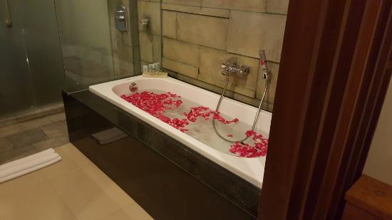 Samaja Beachside Villas: The bathtub