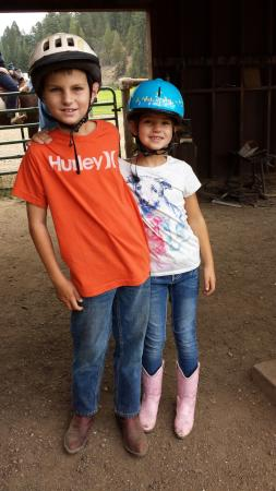 Greenhorn Creek Guest Ranch: Hanging by the corral before a ride