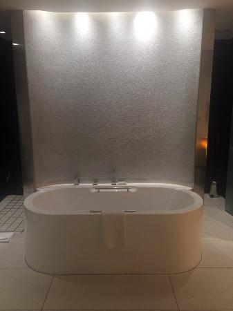 African Pride 15 On Orange Hotel: Deep soaker tub