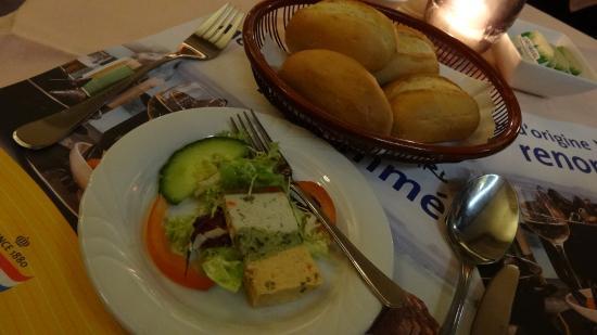 La Barcamoule: パンと前菜