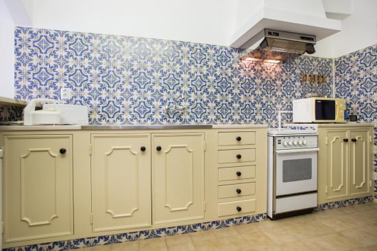 Mayer Apartments: Studio-Kitchen