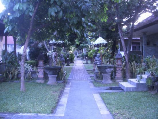 Suriwathi Beach Hotel: Patios