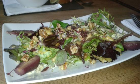 Cranborne, UK: Blue Vinny & Walnut salad in nice surroundings