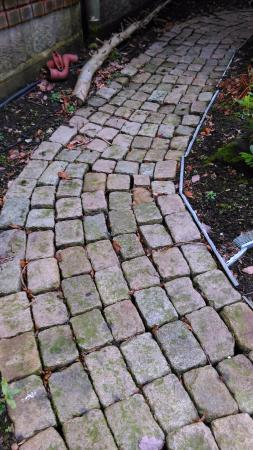 Болтон, UK: Cobbles from round Freds' Statue in Bolton
