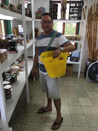 Coffee Shop La Tienda de los Mecatos: Cliente Cosechando Productos de Cafe
