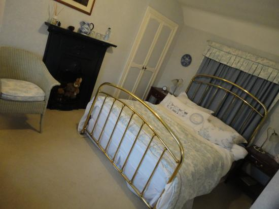 Castleview Bed & Breakfast: Period furniture complements the spacious period rooms
