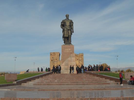 Shakhrisabz, Uzbekistan: Statue of Amir Timur